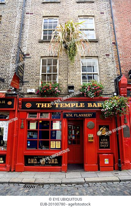 Temple Bar traditional Irish public house with cobbled street
