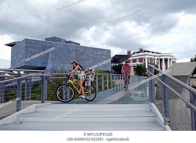 Pedestrian bridge over Tennessee River, Hunter Art Museum Chattanooga TN