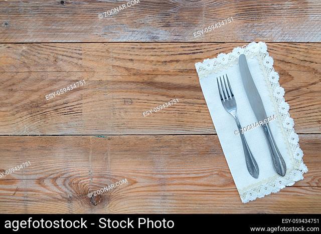 Besteck und Serviette auf Holzhintergrund