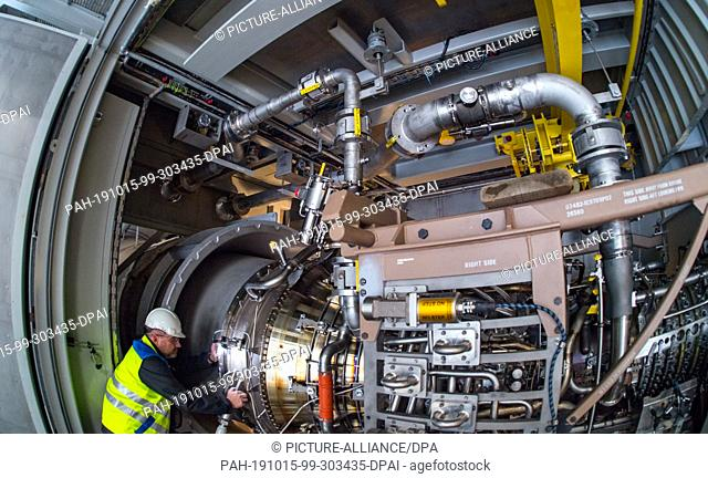 15 October 2019, Saxony-Anhalt, Halle (Saale): A new gas turbine with state-of-the-art technology will be installed in a new power plant unit of the municipal...