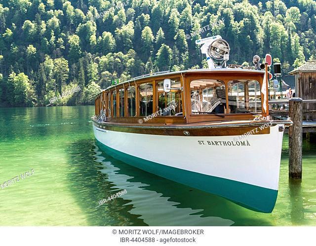 Excursion boat beside jetty, Schönau am Königssee, Berchtesgaden National Park, Berchtesgadener Land, Upper Bavaria, Bavaria, Germany