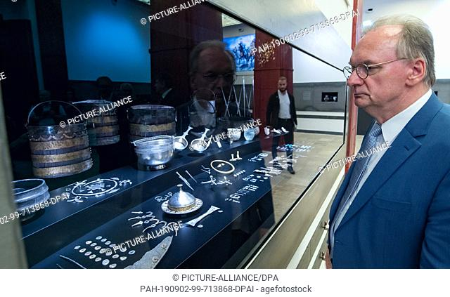 02 September 2019, Saxony-Anhalt, Halle (Saale): Reiner Haseloff (CDU), Prime Minister of Saxony-Anhalt, takes a look at the grave inventory of a Germanic...