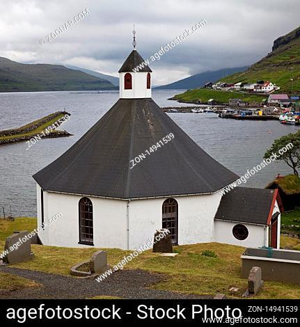 Die achteckige Kirche mit Blick auf den Atlantik in dem kleinen Ort Haldarsvik, Streymoy, Faeroeer, Føroyar, Daenemark, Europa