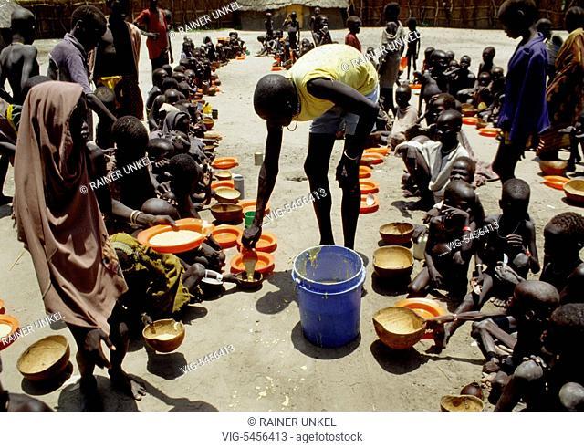 SDN , SUDAN : Children are being fed in a feeding centre in Waat ( South Sudan ) , August 1993 - Waat, Waat, Sudan, 20/08/1993