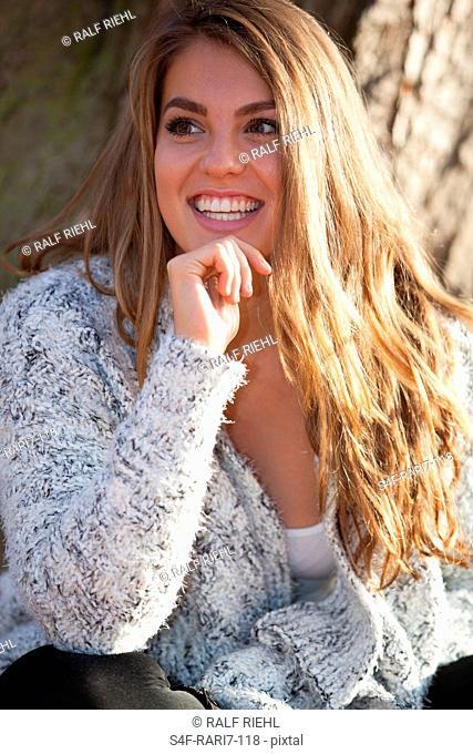 Glückliche junge Frau im Freien
