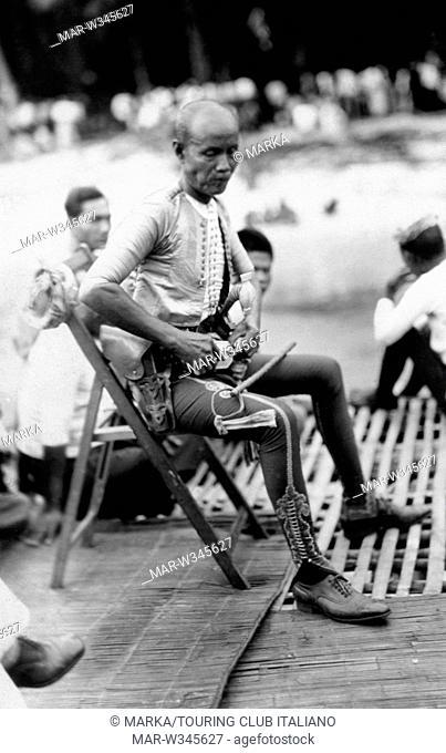 asia, filippine, capo combattente moro in costume tipico, 1930-40 // asia, philippines, chief fighter moro in typical costume, 1930-40