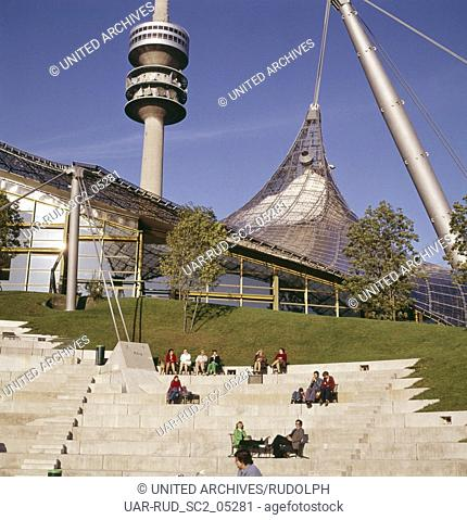 Sommer 1973. Olympiapark. Blick zum Olympiastadium und Olympiaturm. Summer 1973. Munich. Olympia park. View to the Olympic stadium and Olympic tower