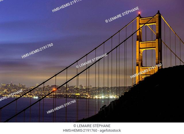 United States, California, San Francisco, Golden Gate Bridge with San Francisco city skyline from Battery Spencer