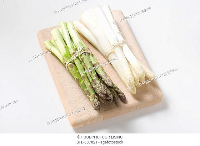 A bundle of white and a bundle of green asparagus, peeled