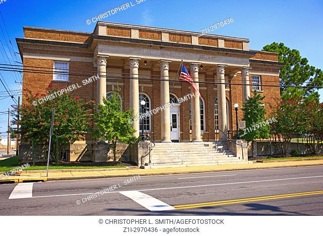 Outside th1915 Federal Post Office building on E Main St in Lebanon TN, USA