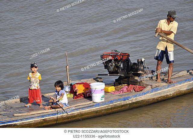 Phnom Penh (Cambodia): family on a canoe by the Sisowath Quay, at the confluence of the Tonlé Sap, Mekong, and Bassac rivers