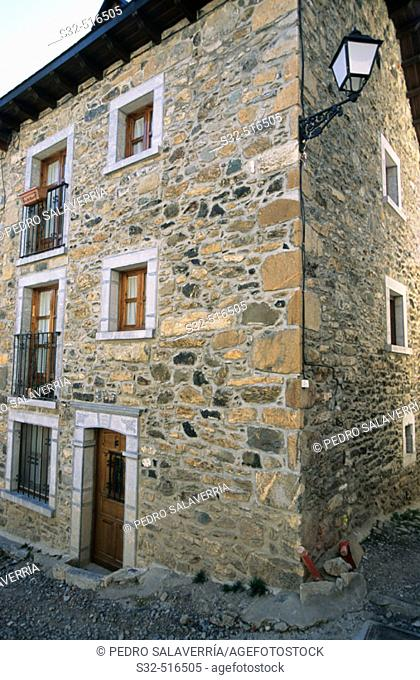 Typical house in the Aragon Pyrenées. Lanuza. Tena valley. Pyrenées. Huesca province. Aragon. Spain