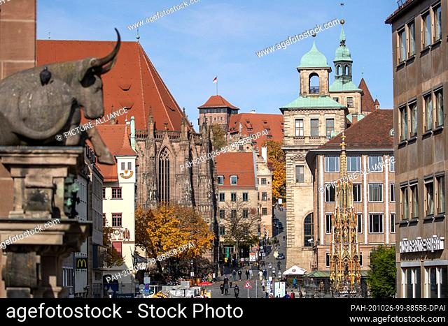 25 October 2020, Bavaria, Nuremberg: The street at the main market to the Imperial Castle, with the Town Hall and the Beautiful Fountain, is in the old town