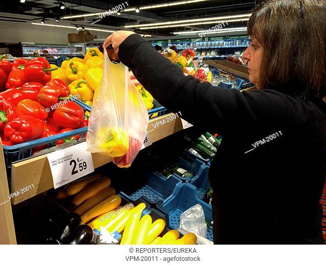 End of plastic shopping bags ; fin de l'utilisation de sacs en plastique; Reporters / EUREKA