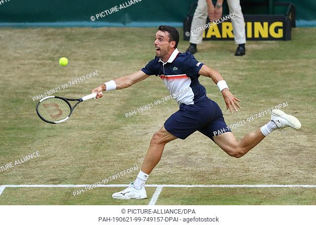 21 June 2019, North Rhine-Westphalia, Halle: Tennis: ATP-Tour singles, men, quarter finals, Federer (Switzerland) - Bautista Agut (Spain)