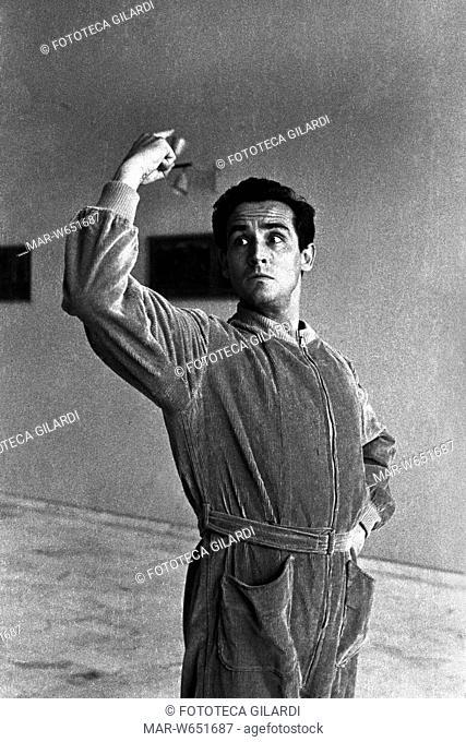 GESTI Vittorio Gassman (1922-2000), esegue l'interpretazione dei gesti teatrali o -tragiche attitudini- (Morrocchesi): con la mano sinistra al fianco e la...
