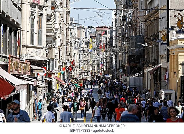 Busy shopping street, Istiklal Caddesi, Independence Street, Beyoglu, Istanbul, Turkey