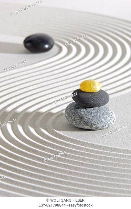 Japanischer Garten mit Steinstapel in weißem Sand