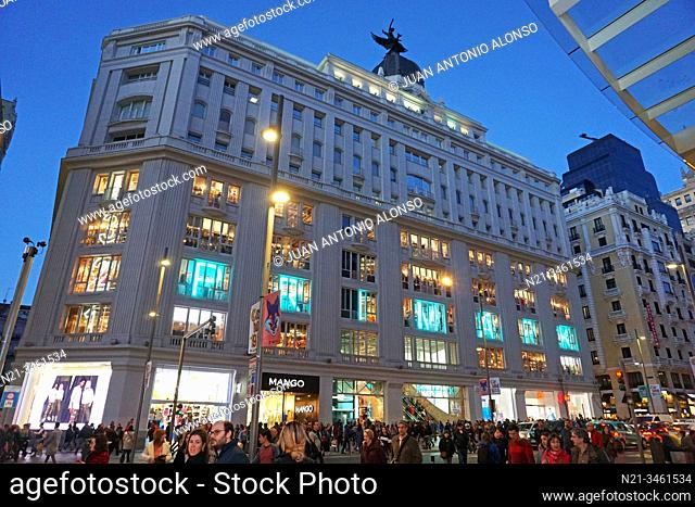 Gran Via 32 Building, aka Madrid-Paris Building by architect Teodoro de Anasagasti. Originally, it sheltered the first department store in Madrid (1924)