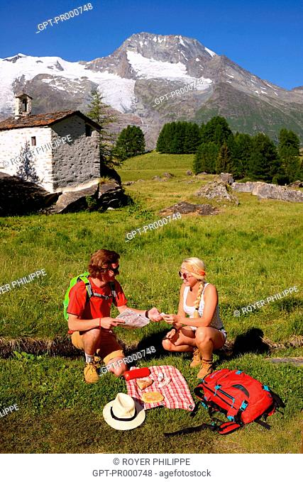 COUPLE OF HIKERS IN THE VALLON DU CLOU IN SAINTE FOY TARENTAISE, (73) SAVOY, RHONE ALPES, FRANCE