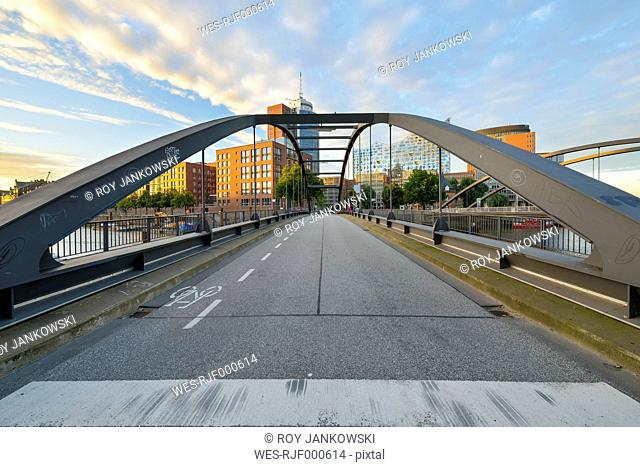 Germany, Hamburg, Niederbaum bridge with Elbe Philharmonic Hall and Hanseatic Trade Center in the morning