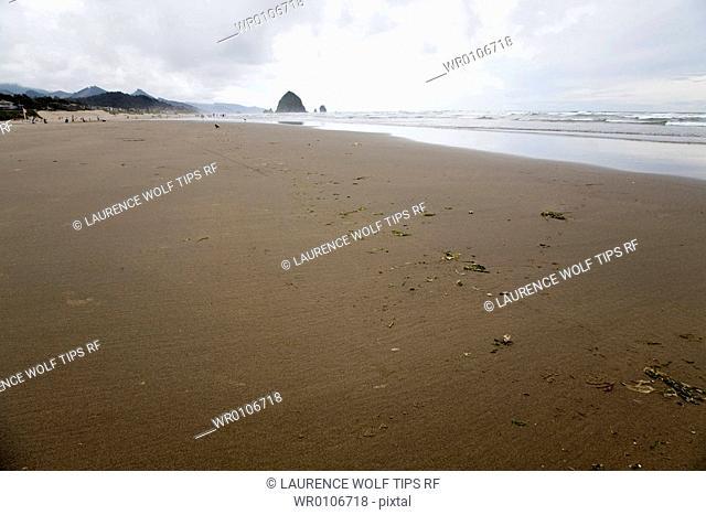 USA, Oregon coast, Cannon beach and Haystack rock