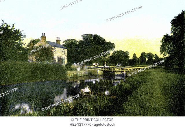 Caversham Lock, Berkshire, 20th Century. Postcard from The Souvenir Album, Views of London And The River Thames, From London To Oxford, (London, 20th Century)