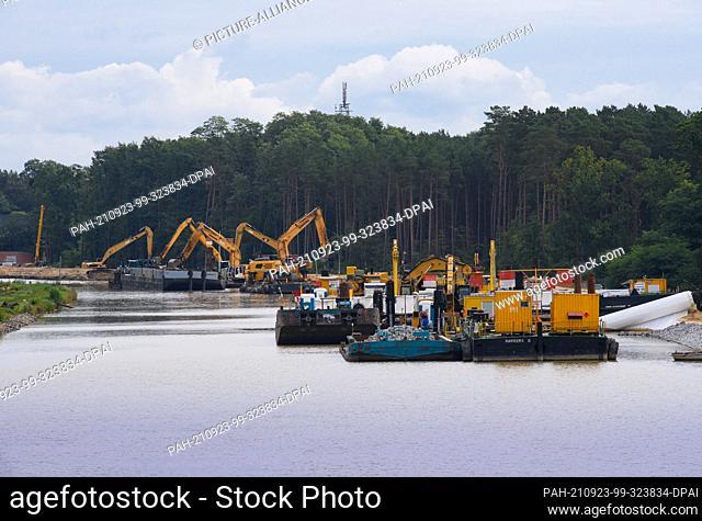 21 September 2021, Brandenburg, Schorfheide: Excavators work near the Kaiserbrücke on both sides of the bank of the Oder-Havel Canal