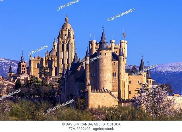 Vista primaveral de Segovia con su catedral y su alcázar. España