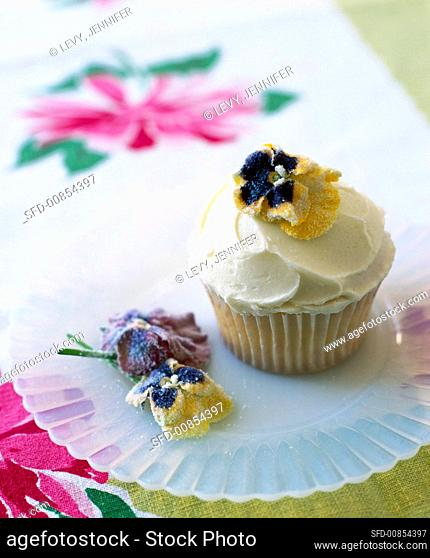 Cup-cake with candied flowers