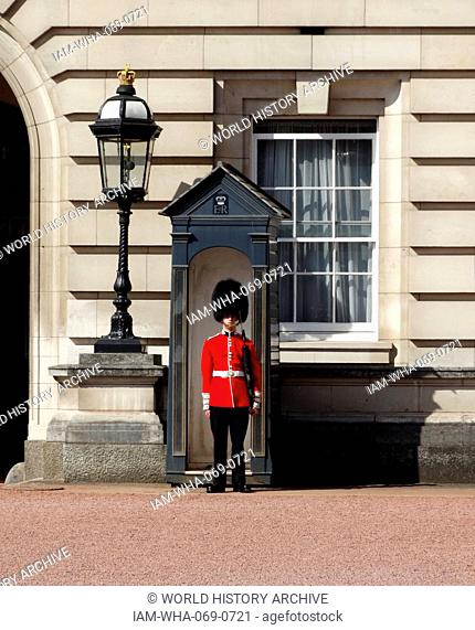 beefeater guard at the entrance to Buckingham Palace, London, England