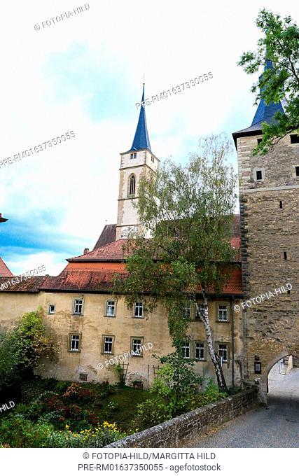 Mittagsturm (north side) and St. Vitus church, Iphofen, Kitzingen district, Lower Franconia, Bavaria, Germany / Mittagsturm (Nordseite) und Stadtpfarrkirche St