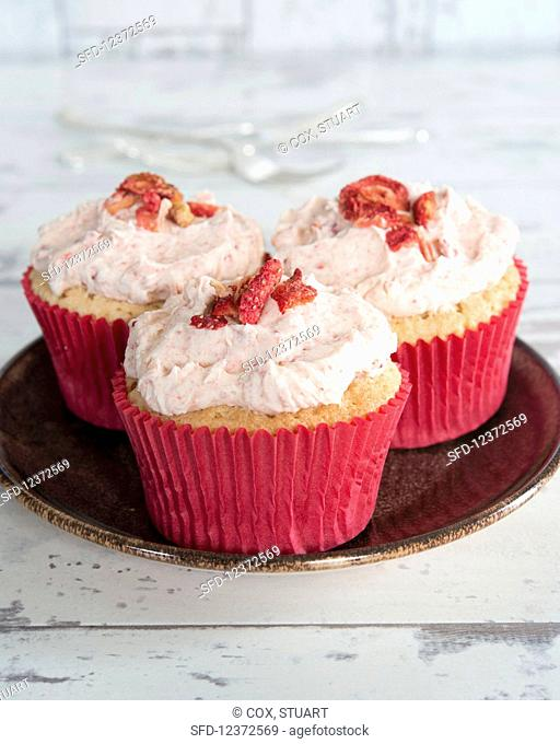 Cupcakes with dried strawberries