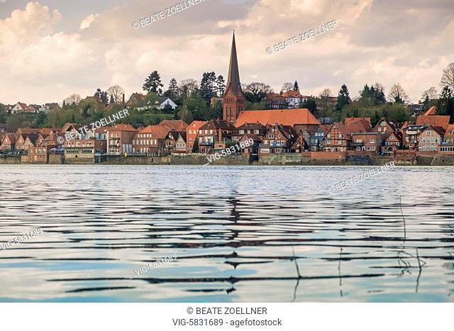 Blick von Hohnstorf (Landkreis Lüneburg) über die Elbe auf die historische Unterstadt von Lauenburg (Kreis Herzogtum Lauenburg) - Lauenburg, Schleswig-Holstein