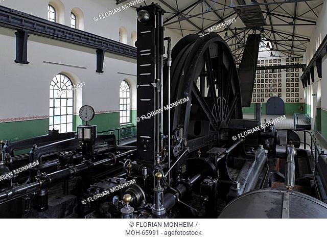 Fördermaschinengebäude, restaurierte Fördermaschine von Schacht 1. In der Bildmitte die Treibscheibe Koepe-Scheibe, über deren Mitte das Förderseil lief