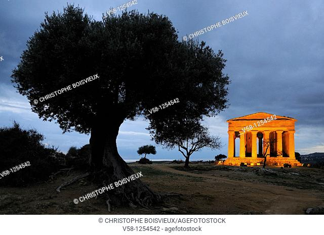 Italy, Sicily, Agrigento, World Heritage Site, Valley of Temples, Tempio della Concordia Temple of Concord at night