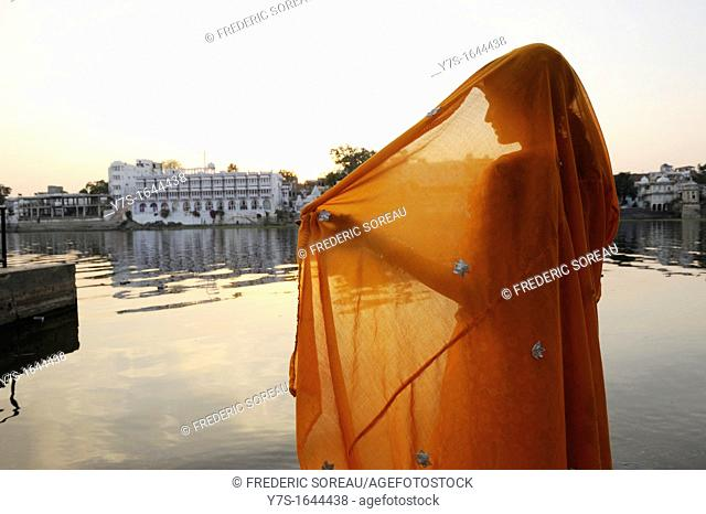 Asia,India,Rajasthan,Udaipur,woman wearing a sari in front of Pichola lake