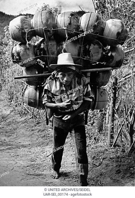 Mann am Lago Atitlan, Guatemala 1970er Jahre. Man near Atitlan lake, Guatemala 1970s