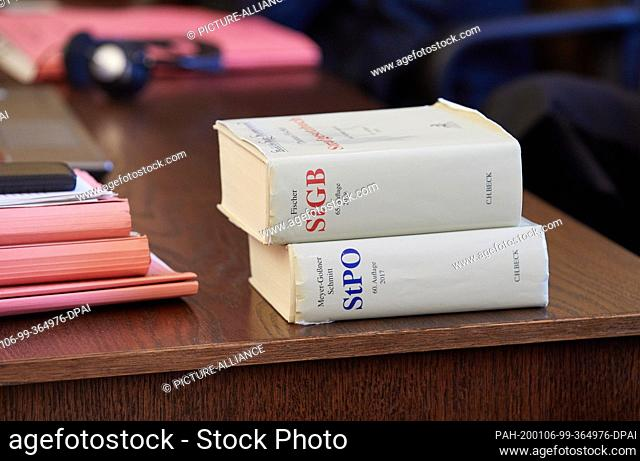06 January 2020, Hamburg: An edition of the Penal Code and an edition of the Code of Criminal Procedure are in the courtroom before the trial begins