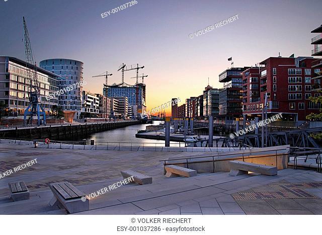 Hamburg Hafencity mit Baustelle Elbphilharmonie am Abend