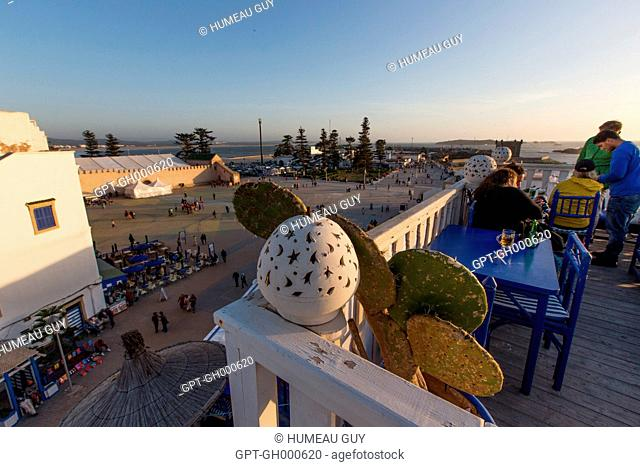 SHOT OF THE TAROS CAFE ON MOULAY HASSAN SQUARE, THE OLD PORT IN THE BACKGROUND, MEDINA, ESSAOUIRA, MOGADOR, ATLANTIC OCEAN, MOROCCO, AFRICA