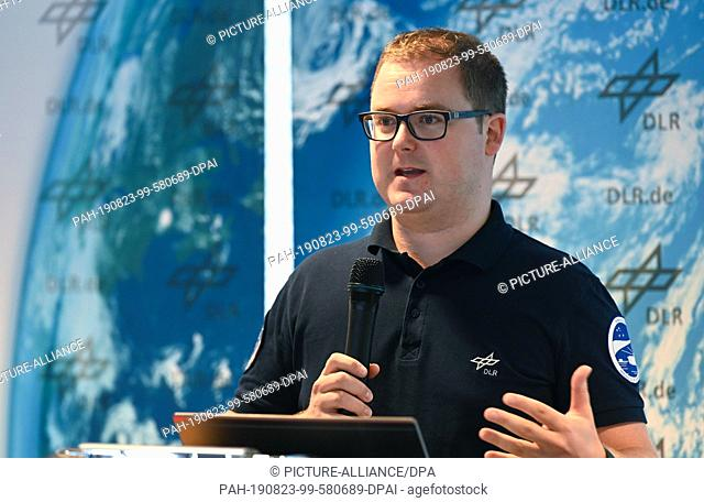 23 August 2019, Bremen: At a press conference, Paul Zabel, researcher at the German Aerospace Center (DLR), presents the greenhouse concept for the Moon and...