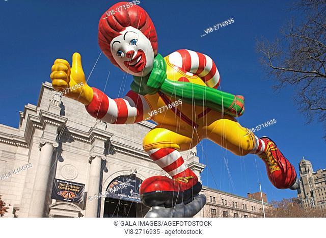 RONALD MCDONALD BALLOON MACY THANKSGIVING DAY PARADE CENTRAL PARK WEST MANHATTAN NEW YORK CITY USA