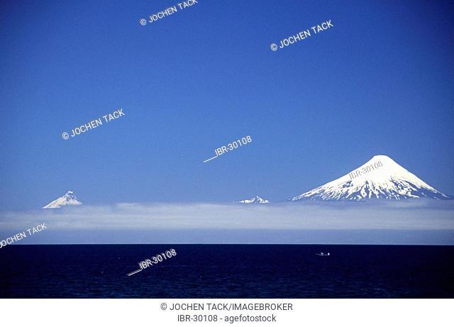 CHL, Chile: the volcano Osorno, Lake Llanquihue near Puerto Varas