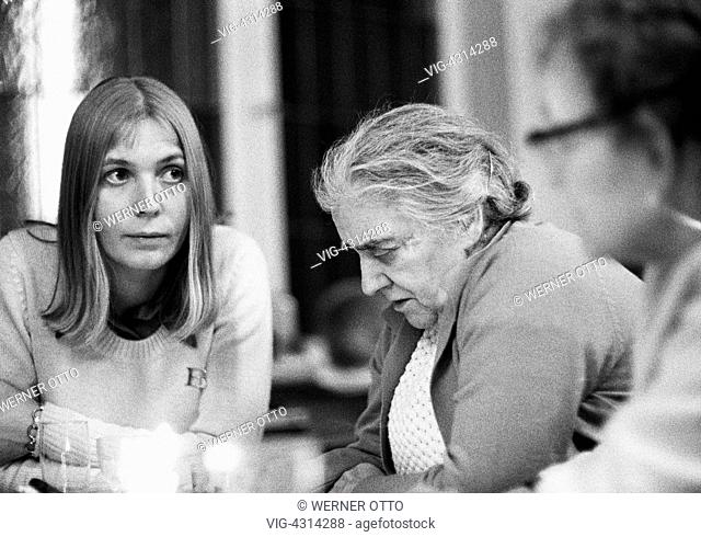 DEUTSCHLAND, BOTTROP, 24.12.1972, Seventies, black and white photo, people, young woman and older woman sit together, sadness, depressions, aged 25 to 35 years