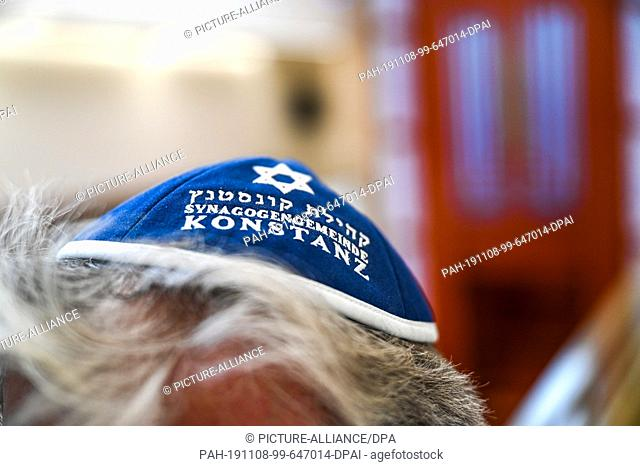 08 November 2019, Baden-Wuerttemberg, Konstanz: A member of the synagogue community in Constance is wearing a kippa on his head shortly before the completion of...