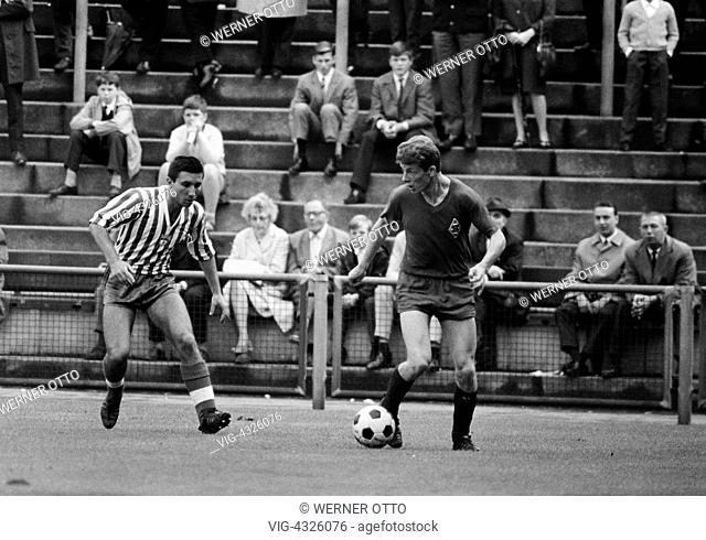 Fussball, Freundschaftsspiel, 1966, Boekelbergstadion in Moenchengladbach, Borussia Moenchengladbach gegen Spartak Sofia 3:1, Spielszene, Herbert Wimmer (MG