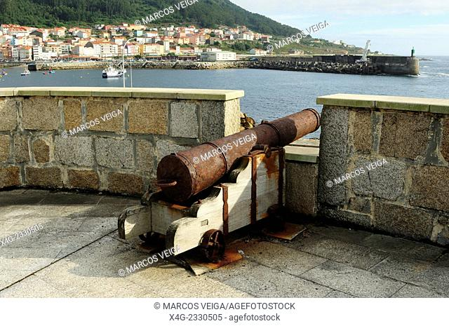 An old gun pointing at the entrance to the port of A Guarda