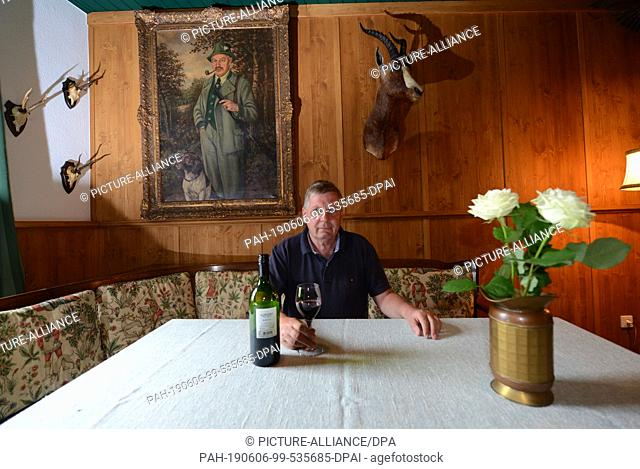 26 May 2019, Rhineland-Palatinate, Hillesheim: Hotel director Ruud Zillig sits in the Krimihotel in the original seating corner of the forester's lodge of the...