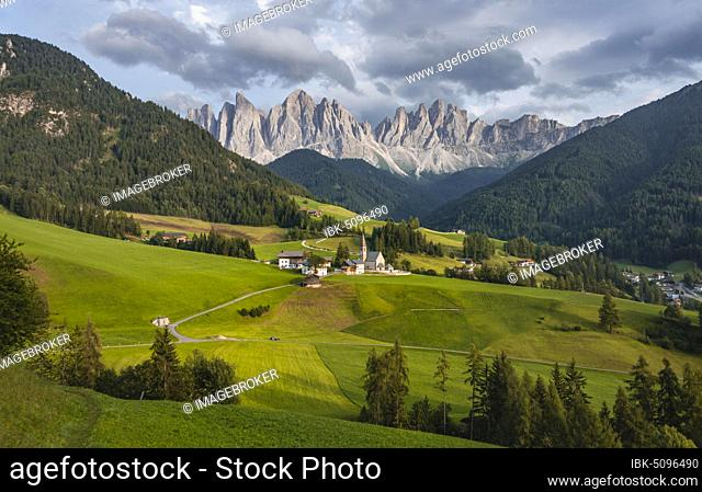 Church of St. Magdalena and Felder, Villnößtal, in the back Geislergruppe with Sass Rigais, St. Magdalena, Bozen, South Tyrol, Italy, Europe